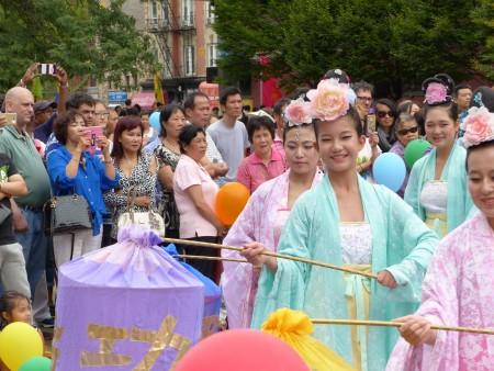 仙女队手提灯笼,霓裳羽衣,长袖轻舒,为民众带来中秋祝福和法轮大法的美好,展现修炼人的纯正善良。