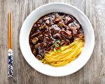 """""""韩国炸酱面""""以春酱(黑豆酱)为调味料,加上洋葱、虾、肉类等,风味独特且自成一格。 (张学慧/大纪元)"""