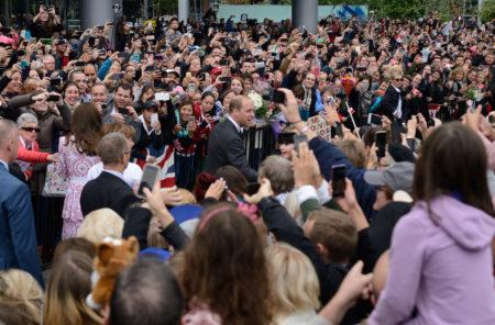 圖說:2016年9月25日,數千民眾等候在Vancouver Harbour Flight Centre 和Jack Poole Plaza,歡迎來訪的威廉王子與凱特王妃。(大宇/大紀元)