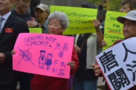 圖說:2016年8月31日,華埠耆英們在溫哥華市中心唐人街,呼籲關注華埠社區。(邱晨/大紀元)