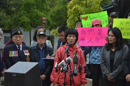 圖說:2016年8月31日,華埠耆英Lily Tang等人,在溫哥華市中心唐人街,呼籲關注華埠社區。(邱晨/大紀元)