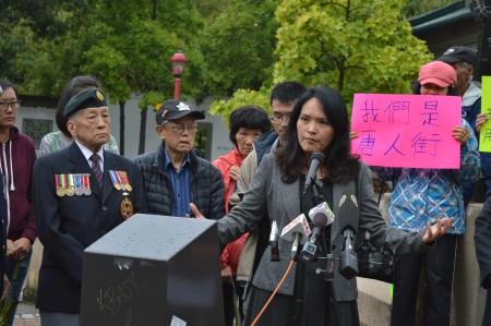 圖說:2016年8月31日,溫哥華東區國會議員關慧貞,在溫哥華市中心唐人街,呼籲關注華埠社區。(邱晨/大紀元)