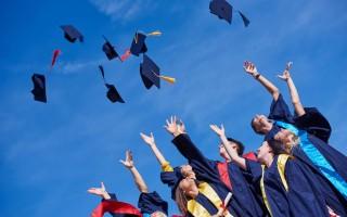 拜登考慮以行政令取消學生貸款債務