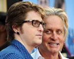 2009年卡梅隆‧道格拉斯(Cameron Douglas)和父親邁克爾‧道格拉斯(Michael Douglas)在愛情喜劇Ghosts of Girlfriends Past首映式上。(GABRIEL BOUYS/AFP/Getty Images)