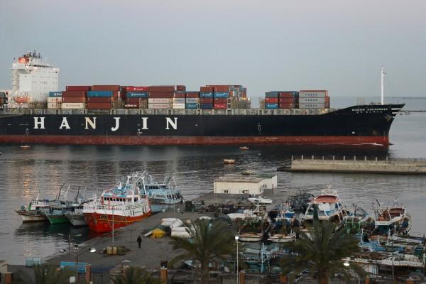 股東聯手出資 韓進船隻開始在長灘港卸貨
