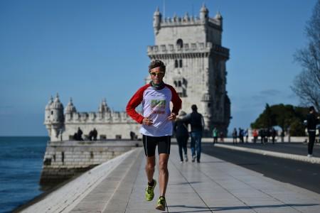 圖為塞爾日.吉拉爾在跑步的路途上。 ( PATRICIA DE MELO MOREIRA/AFP/Getty Images)