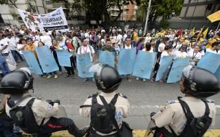 委内瑞拉百万人上街示威 要求罢免总统