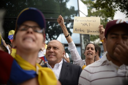 Venezuelan citizens protest in the vicinity of the Venezuelan embassy in Guatemala asking for a recall referendum against President Nicolas Maduro, in Guatemala City on September 1,2016. / AFP / JOHAN ORDONEZ (Photo credit should read JOHAN ORDONEZ/AFP/Getty Images)