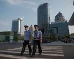 9月2日,中國杭州G20峰會期間,兩名警察在空蕩的街道上巡邏。(NICOLAS ASFOURI/AFP/Getty Images)