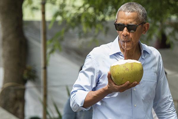 手抱大椰子街頭暢飲 奧巴馬老撾上演親民秀