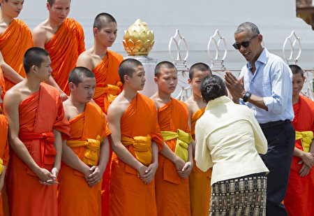 US President Barack Obama greets monks as he tours the Wat Xieng Thong Buddhist Temple in Luang Prabang on September 7, 2016. Obama became the first US president to visit Laos in office, touching down in Vientiane late on September 5 for a summit of East and South East Asian leaders. / AFP / SAUL LOEB (Photo credit should read SAUL LOEB/AFP/Getty Images)
