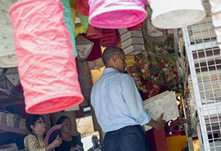 US President Barack Obama shops for gifts in Luang Prabang on September 7, 2016. Obama became the first US president to visit Laos in office, touching down in Vientiane late on September 5 for a summit of East and South East Asian leaders. / AFP / SAUL LOEB (Photo credit should read SAUL LOEB/AFP/Getty Images)