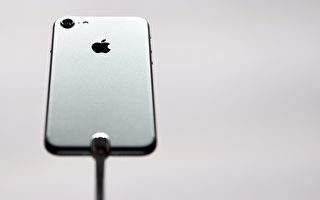 周三(7日)果粉总算等到iPhone 7亮相,但有些人已在想着明年可能推出的iPhone 8新机。(JOSH EDELSON/AFP/Getty Images)