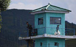 9月11日,一名朝鮮士兵在邊境站崗。 (GREG BAKER/AFP/Getty Images)