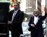 希拉里11日出席纽约9·11纪念活动时感觉不适,在搀扶下步履蹒跚的离场,前往女儿切尔西的家休息。图为希拉里离开女儿家时向人们挥手。(Justin Sullivan/Getty Images)