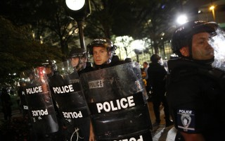 美夏洛特示威者占據公路 警方擲瓦斯彈驅離