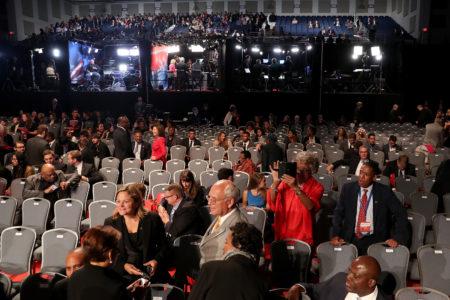 9月26日晚纽约霍夫斯特拉大学内,出席川普与希拉里首场大选辩论会的观众陆续进入会场。 (Spencer Platt/Getty Images)