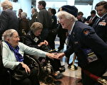 前二戰女飛行員伊萊恩·哈蒙(右) 2010年3月10日在美國國會大廈參加隆重紀念二戰的女子航空勤務飛行隊(WASP)的活動。(Mark Wilson/Getty Images)
