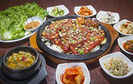 辣甜五花肉及眾多小菜。(蔣凱/大紀元)