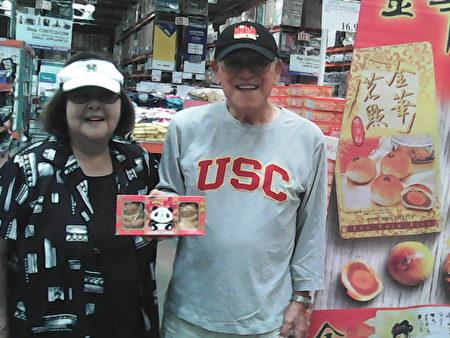 日裔夫婦Harry和Eleanor Okamoto購買月餅和兒孫分享。(李駿/大紀元)