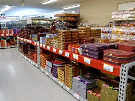 亞裔超市堆積如山的月餅。(李駿/大紀元)