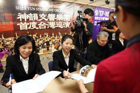 圓滿落幕後5位神韻音樂家現身為樂迷們簽名,吸引近百位民眾排隊,氣氛熱絡、歡樂。(林仕傑/大紀元)
