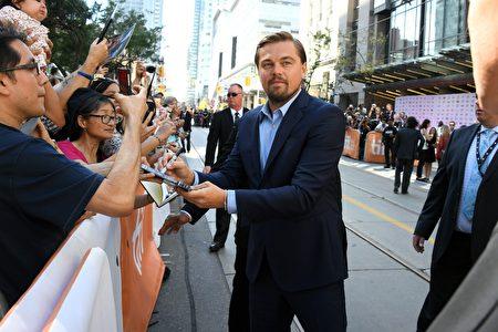 奥斯卡影帝莱昂纳多(Leonardo DiCaprio)于9月9日在多伦多为影迷们签名。他的新作《洪水之前》(Before the Flood)在当天首映。(TIFF提供)