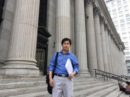 2016年8月20日,黃萬青在紐約郵局向大陸最高檢、最高法、公安部寄出控告江澤民的控訴狀。(大紀元)