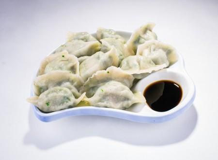 """""""青岛家人""""独家发明,用健康流行的甘蓝菜(Kale)做馅子的手工水饺。甘蓝菜切的极细,口感轻细香浓。(Bill Xie/大纪元)"""