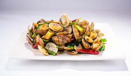 """""""青岛辣蛤蜊""""选用青岛空运蛤蜊,用葱段、干辣椒爆炒,咸鲜微辣,是绝好的下酒菜。(Bill Xie/大纪元)"""