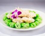 """被称作""""四大海味""""之首的鲍鱼,肉质鲜美,营养丰富。这道""""菜胆明月扒鲍鱼""""注重突出食材的原味,保留食材的营养。 (Bill Xie/大纪元)"""