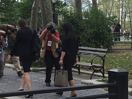 林颖走出法庭时,被等候在东区法庭外的多家媒体拍照。