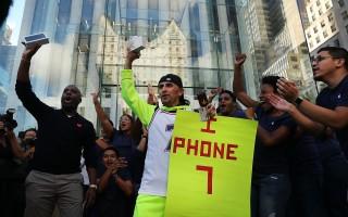 在紐約曼哈頓的一家蘋果店外,首批買到iPhone 7的顧客。 (Spencer Platt/Getty Images)