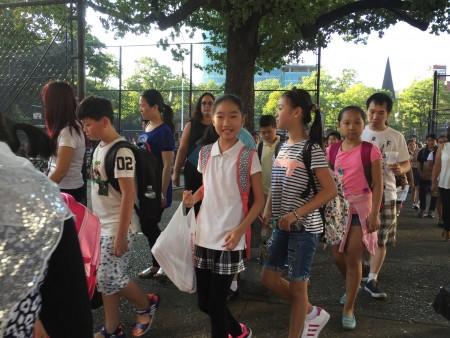 開學第一天法拉盛公立第20小學學生迎接開學。