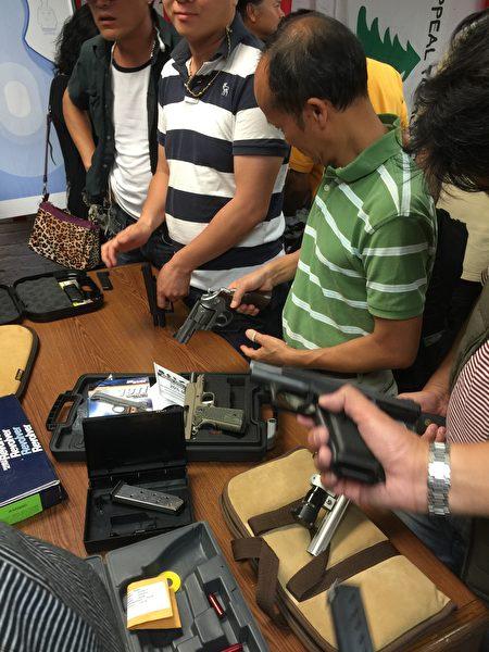 9月27日晚上很多华裔用枪者到华埠射击技术研究会靶场学习枪支安全问题。