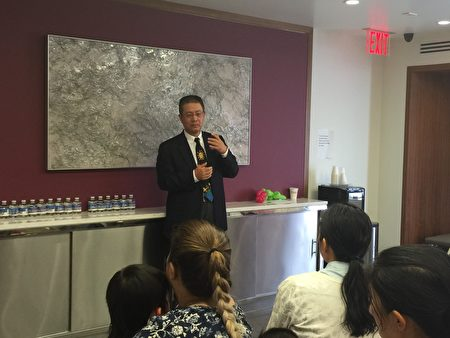 小儿科专家黄耀明博士在华商会亲子活动上,讲解流感、肺炎、脑膜炎预防 对儿童的重要性。