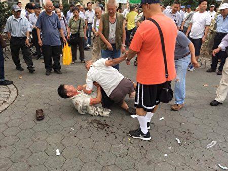 两名老人跟年轻人一样打成一团,双双挂彩,地上血迹斑斑,并引来大批人围观。