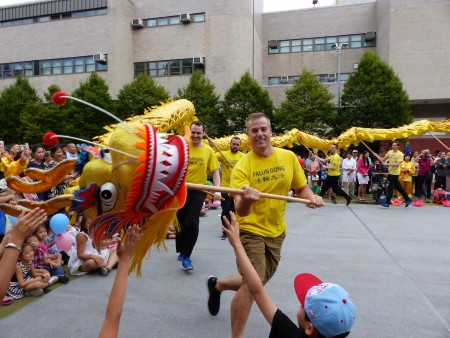 身着印有法轮大法T恤的西方法轮功学员飞舞金龙,为民众送上中秋祝福和法轮大法好的福音。