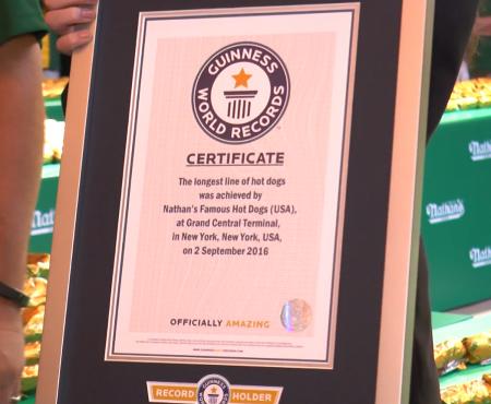 吉尼斯世界紀錄頒發證書,一個新的世界紀錄誕生了。