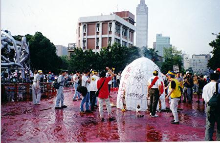 圖: 2000年5月,林聖崇組織了反核能電廠運動,陳訴核能帶來的污染與危害,要求政府關閉這些電廠。 (林聖崇提供)