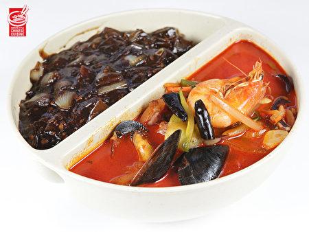 """一碗""""鸳鸯面""""可以同时品尝两种口味,""""炸酱面""""香浓,""""海鲜面""""鲜辣。(张学慧/大纪元)"""