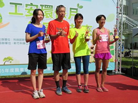 经过一番激烈竞赛,12公里个人项目女子组前三名揭晓获奖。(新竹科管局提供)