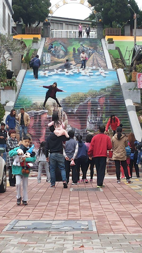 苗栗三义建中国小前的阶梯换上彩绘新貌,吸引众多游客。(魏荣欣提供)