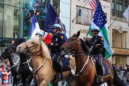 为游行开导的纽约警察骑警。