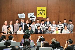 民主派立法會議員在休會後會見記者,表明梁君彥不適合擔任立會主席,要求他下台。(孫青天/大紀元)