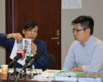 地盘分判商蔡先生(左)指二判景福工程拖欠他200多万元,促请景福付清欠款。(蔡雯文/大纪元)