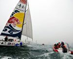 2013年,郭川(左)驾驶40英尺帆船自青岛出发,在海上漂泊了138天,完成了单人不间断环球航行,缔造了该级别无动力帆船单人不间断环球航行的世界记录。(AFP)