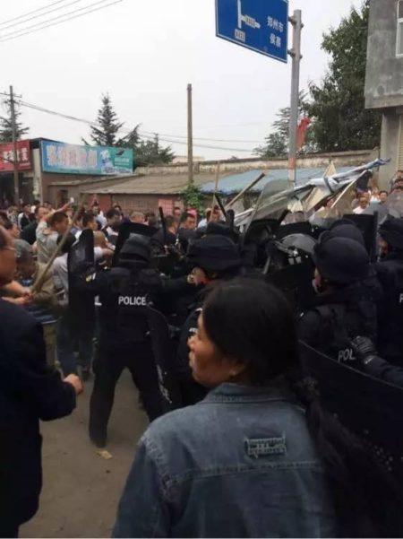 10月5日,河南新鄭市龍湖鎮張溝村數千村民使用磕頭、木棍擊退強拆隊,警民激戰。(網絡圖片)