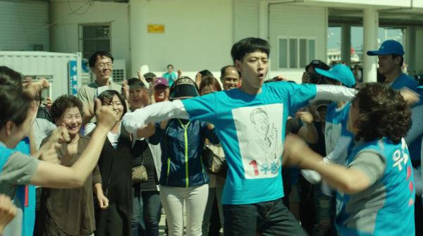 姜栋元新片中搞笑乱舞 连朴宝剑也跟风