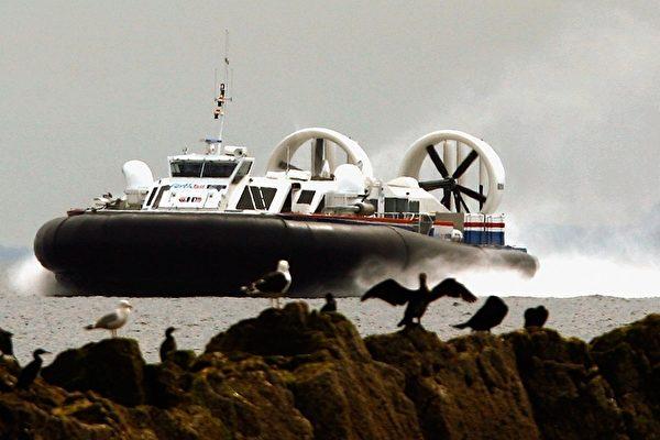 從英國南海搭乘氣墊船可前往知名度假勝地懷特島。(Photo by Jeff J Mitchell/Getty Images)